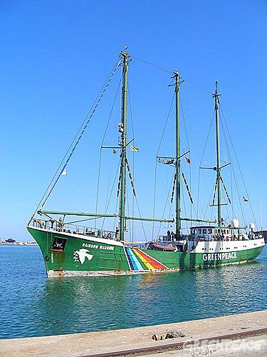 el-barco-de-greenpeace-rainbo-4