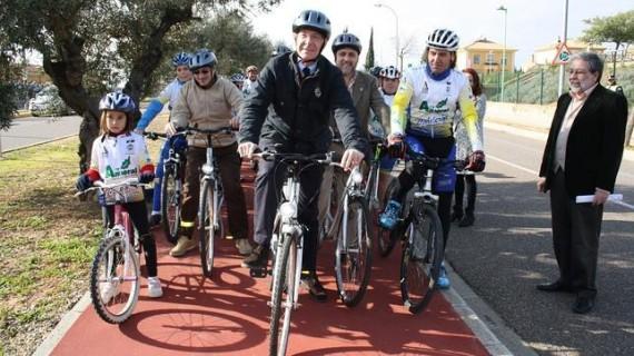 Comitiva ciclista tras la inauguración del nuevo tramo de carril bici en Montequinto