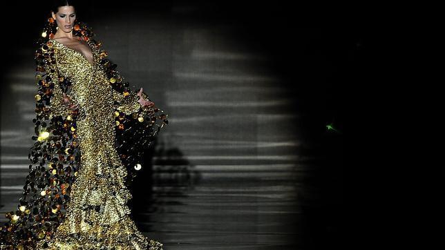 absolutsevilla.laurasanchezconcreaciónestrellavickcymartinberrocal El SIMOF 2011 arranca de forma espectacular con las creaciones de Vicky Martín Berrocal
